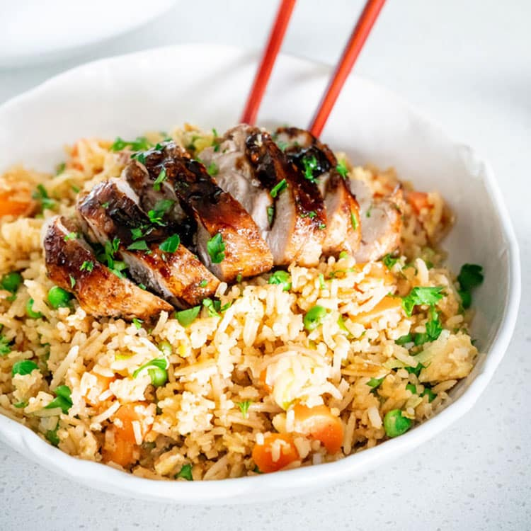 Super quick and Easy Fried Rice in less than 10 minutes. This fried rice is very versatile, made with egg, any other protein can be added such as shrimp or chicken. #friedrice
